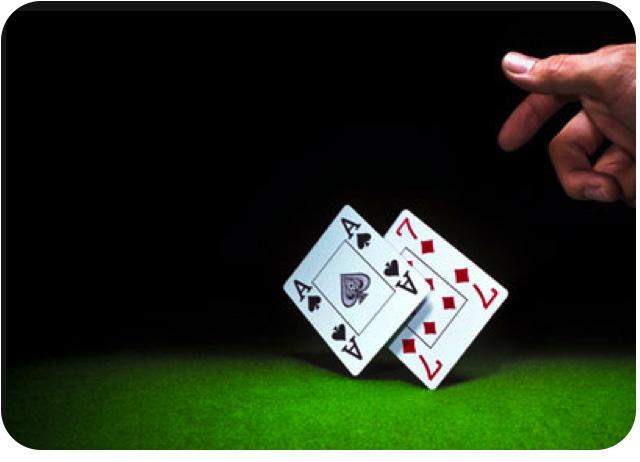 Un joueur jette ses carte avec un as et un 7