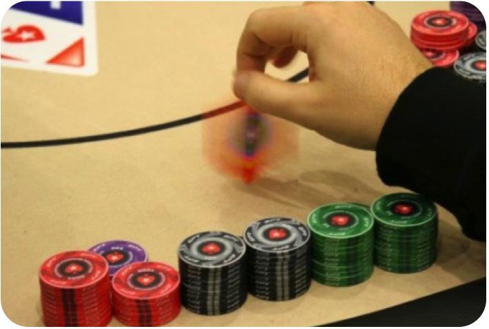 Joueur de poker jouant avec ses jetons