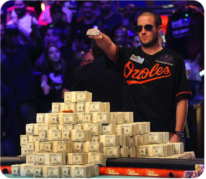 Joueur déposant plusieurs millions de dollars cash sur une table de poker