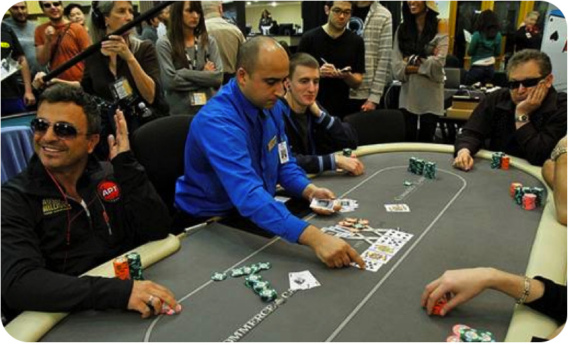 Le croupier retourne la river sur la table
