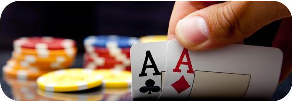 Joueur de poker découvrant une paire d'as servie